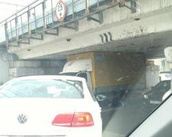 Водители продолжают попадать в ловушку 'моста глупости'
