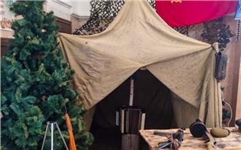 «Солдатский быт с палаткой и гармошкой»: на ж/д вокзале в Красноярске ко Дню Победы открыли мини-музей