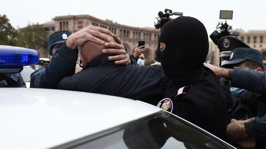 В Ереване полиция начала задерживать протестующих