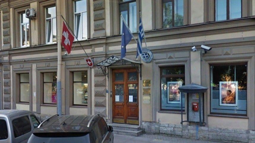 Иномарка сбила на школьницу на переходе у консульства Швейцарии в Петербурге