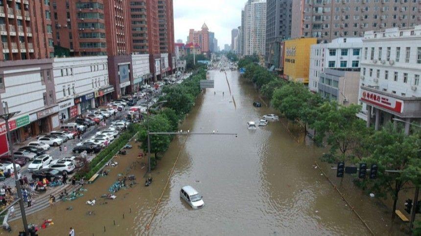 В центре Китая жертвами наводнений стали не менее 25 человек