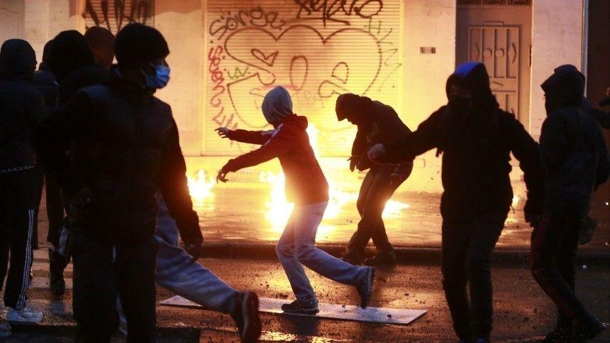 Центр Брюсселя стал похож на поле битвы после ночного погрома — видео