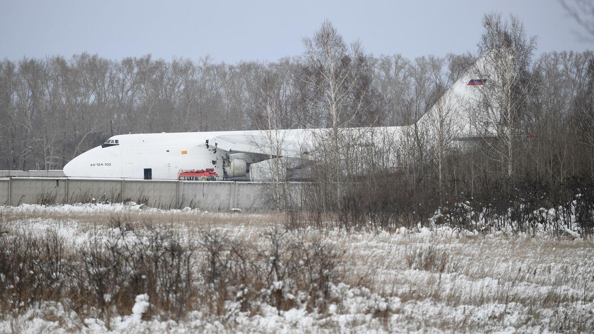 Показана эвакуация аварийно севшего гигантского самолёта Ан-124 с помощью танков