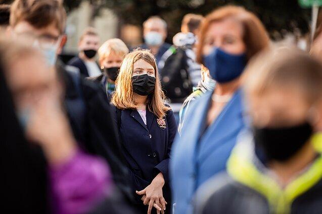 Ученые рассказали, для чего нужно носить маску на улице