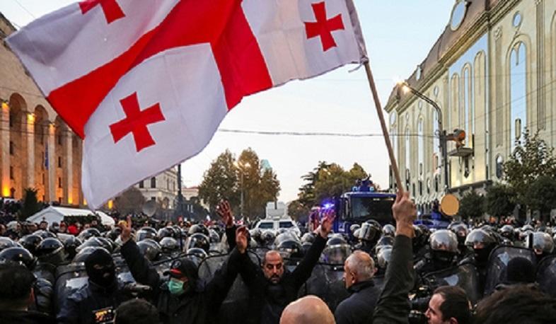 Тысячи людей собрались в центре Тбилиси для поддержки Саакашвили
