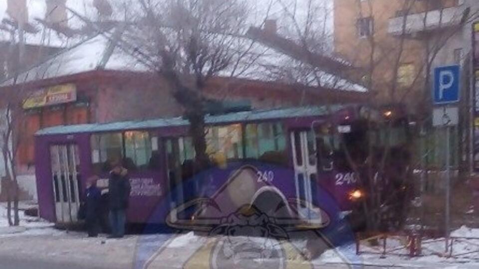 Троллейбус столкнулся с легковушкой в Чите, один человек пострадал