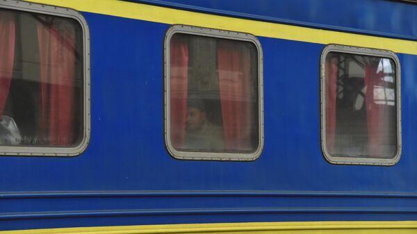 Датчанину пришлось отмывать окно в украинском поезде от 'древней грязи'