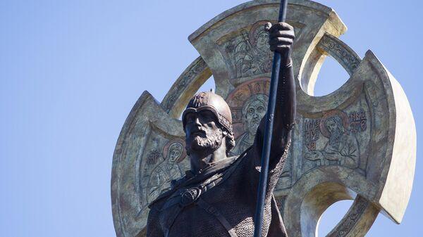 Памятник Невскому был бы более органичен на Лубянке, считает политолог