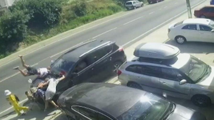 Под Анапой уснувший за рулем водитель въехал в людей на тротуаре