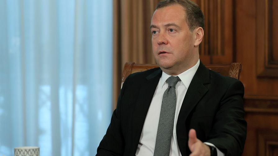 Медведев заявил о выполнении планов производства двух российских вакцин