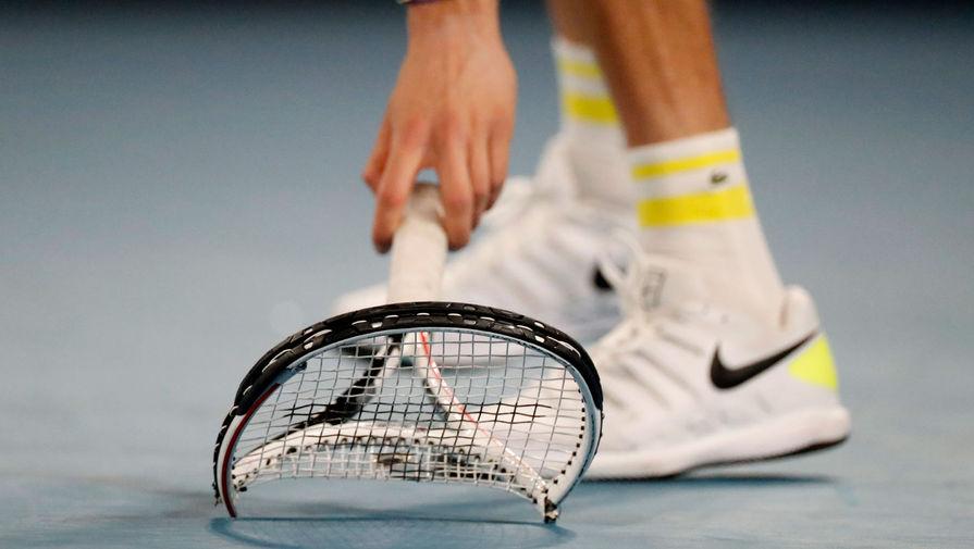Медведев сломал ракетку о корт во время второго сета финала Australian Open