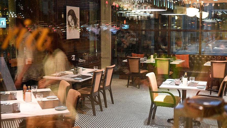 Минпромторг оценил потери ресторанов без веранд после введения QR-кодов в Москве