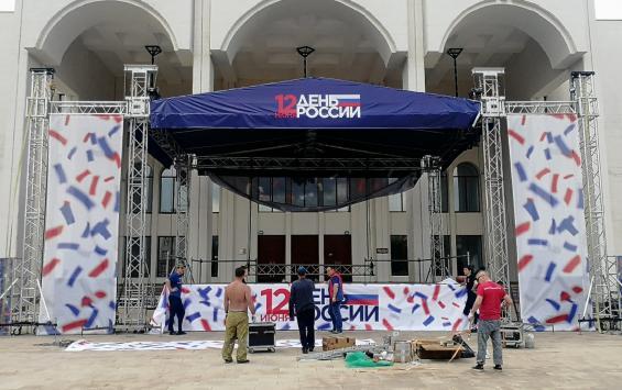 Театральную площадь готовят к завтрашнему празднику