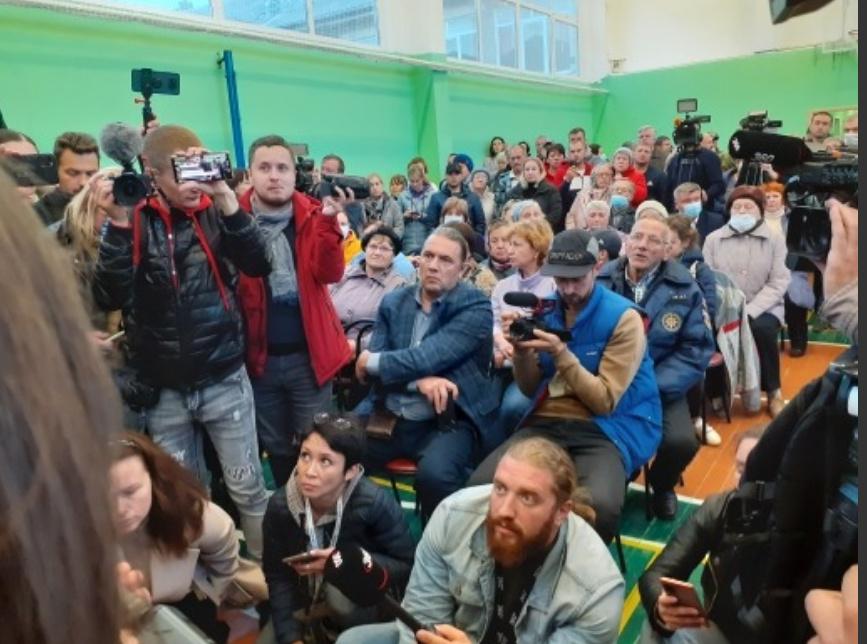 'Сожжем нафиг общежитие!'. Репортаж и видео 'Собеседника' со встречи властей с жителями Бужаниново