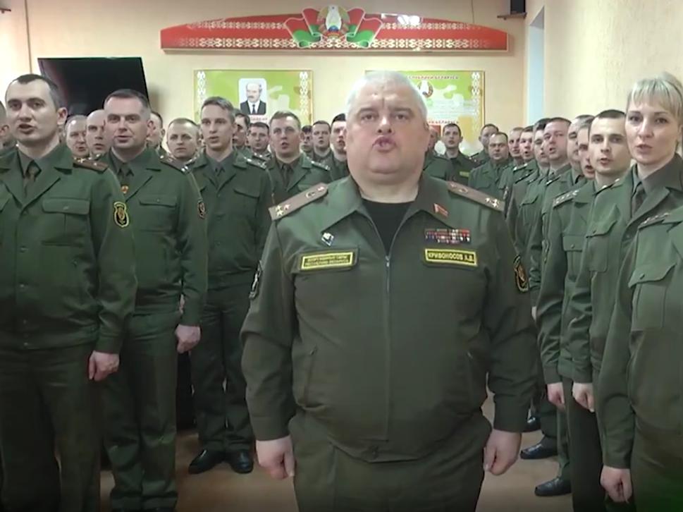 В Беларуси военные передают друг другу 'заряд энергии и решительности' от Лукашенко