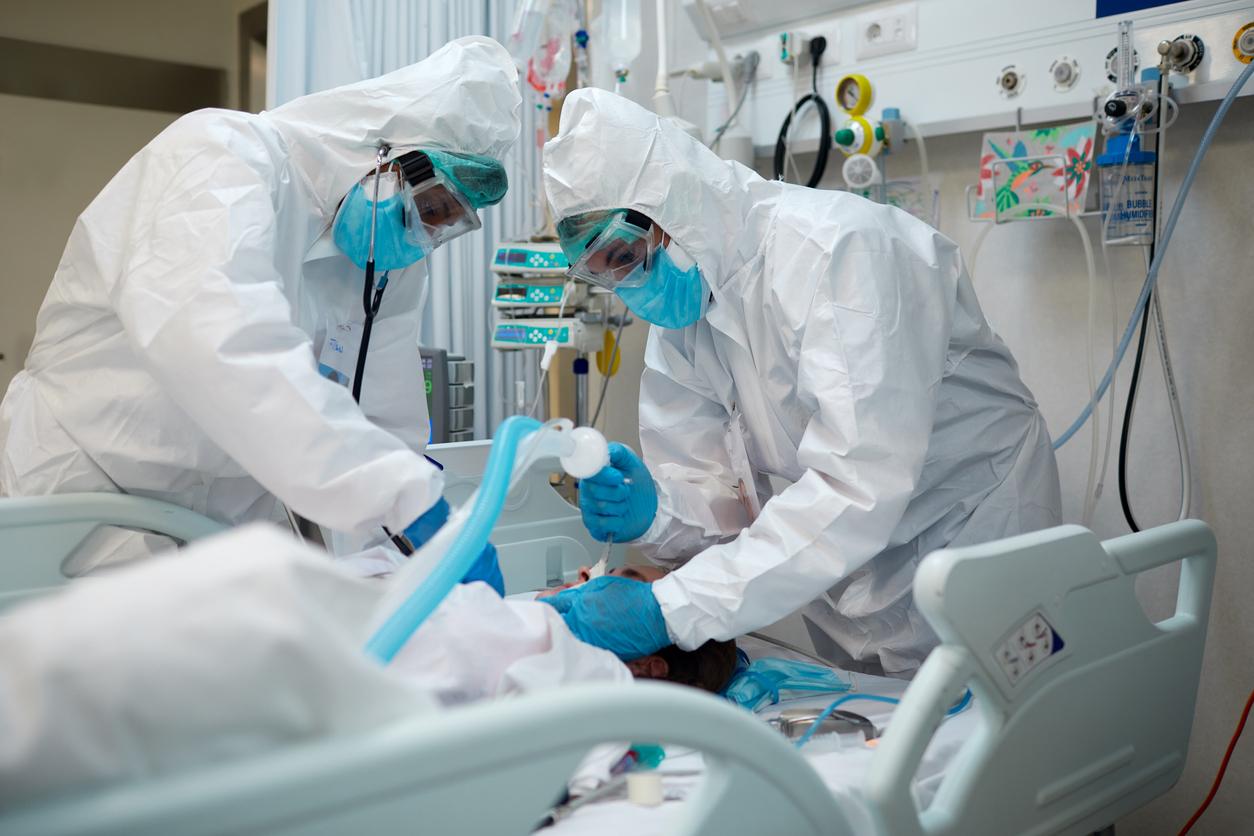 В США сотрудник больницы похищал личности умирающих от коронавируса пациентов, чтобы получить их льготы