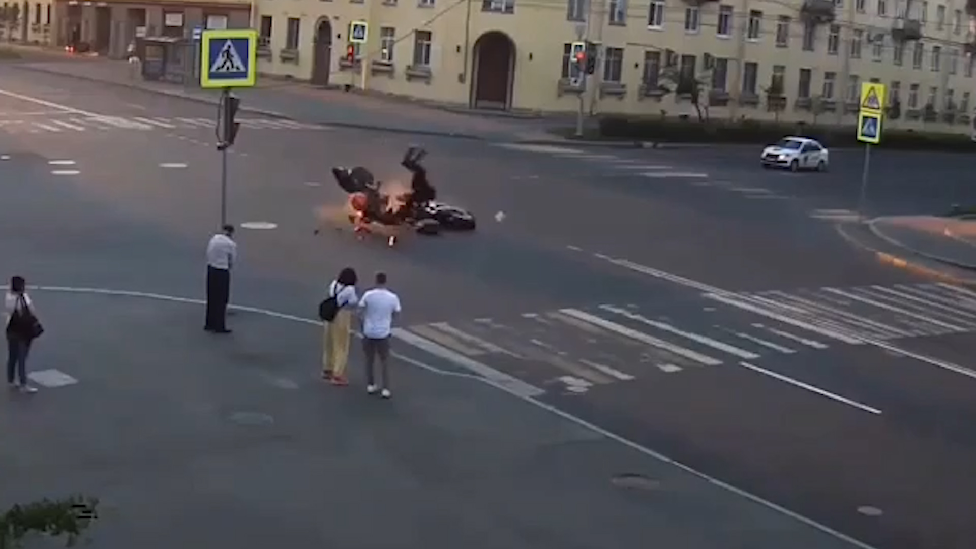 Жёсткое столкновение двух мотоциклистов в Петербурге попало на видео