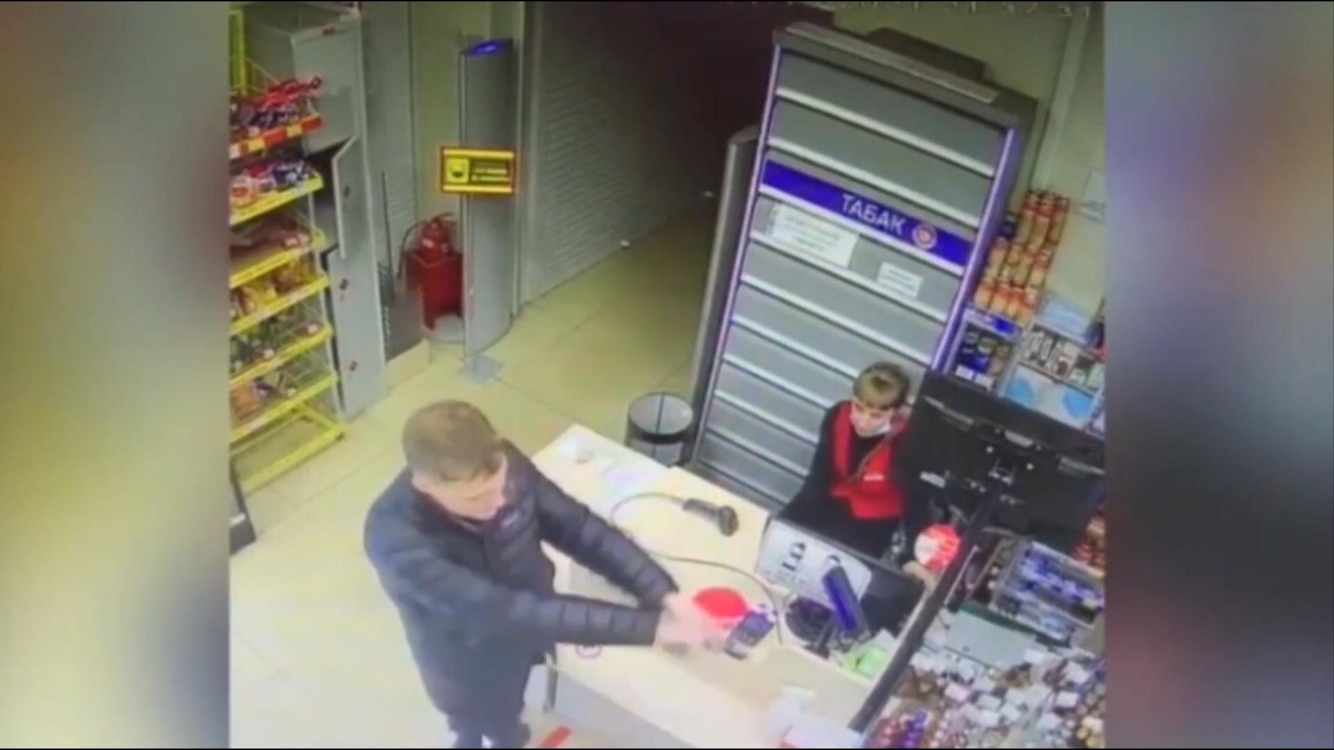 Зато маску надел: Житель Приморья ограбил магазин при помощи зажигалки