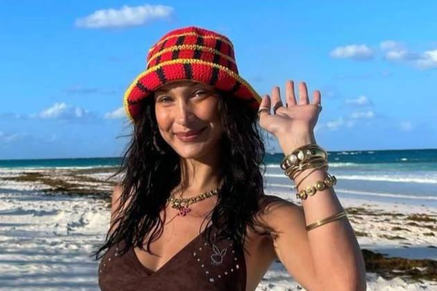 'Самая красивая женщина в мире' устроила съёмку на пляже, заигрывая с фотографом в одном купальнике