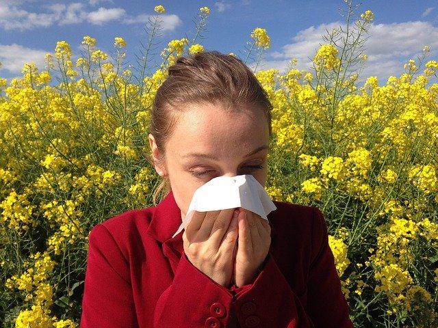 Принимать душ после улицы: россиянам дали советы на время сезона аллергии